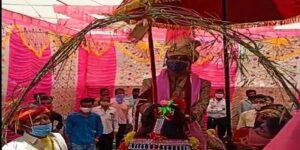 दबंगों के डर से भारी पुलिस फोर्स के बीच घोड़ी पर बैठा 'दलित कांस्टेबल दूल्हा'