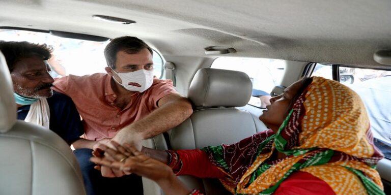 दिल्ली: दलित बच्ची के मां-बाप से मिले राहुल गांधी, बोले- 'उनके आंसू सिर्फ न्याय चाहते हैं'